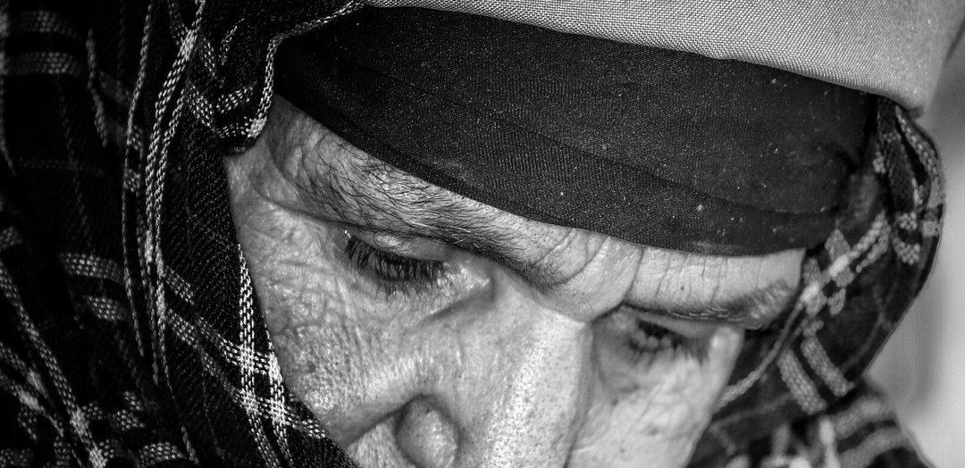 Donna anziata affetta da maculopatia senile
